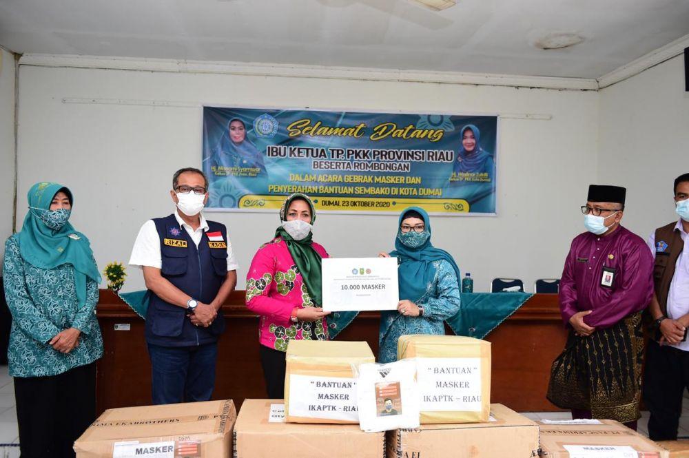 Ketua TP PKK Riau Serahkan Bantuan Masker