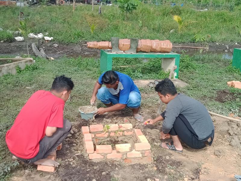 Tim Kukerta Universitas Riau Kampung Pinang Sebatang Buat Tempat untuk Tanaman Hias