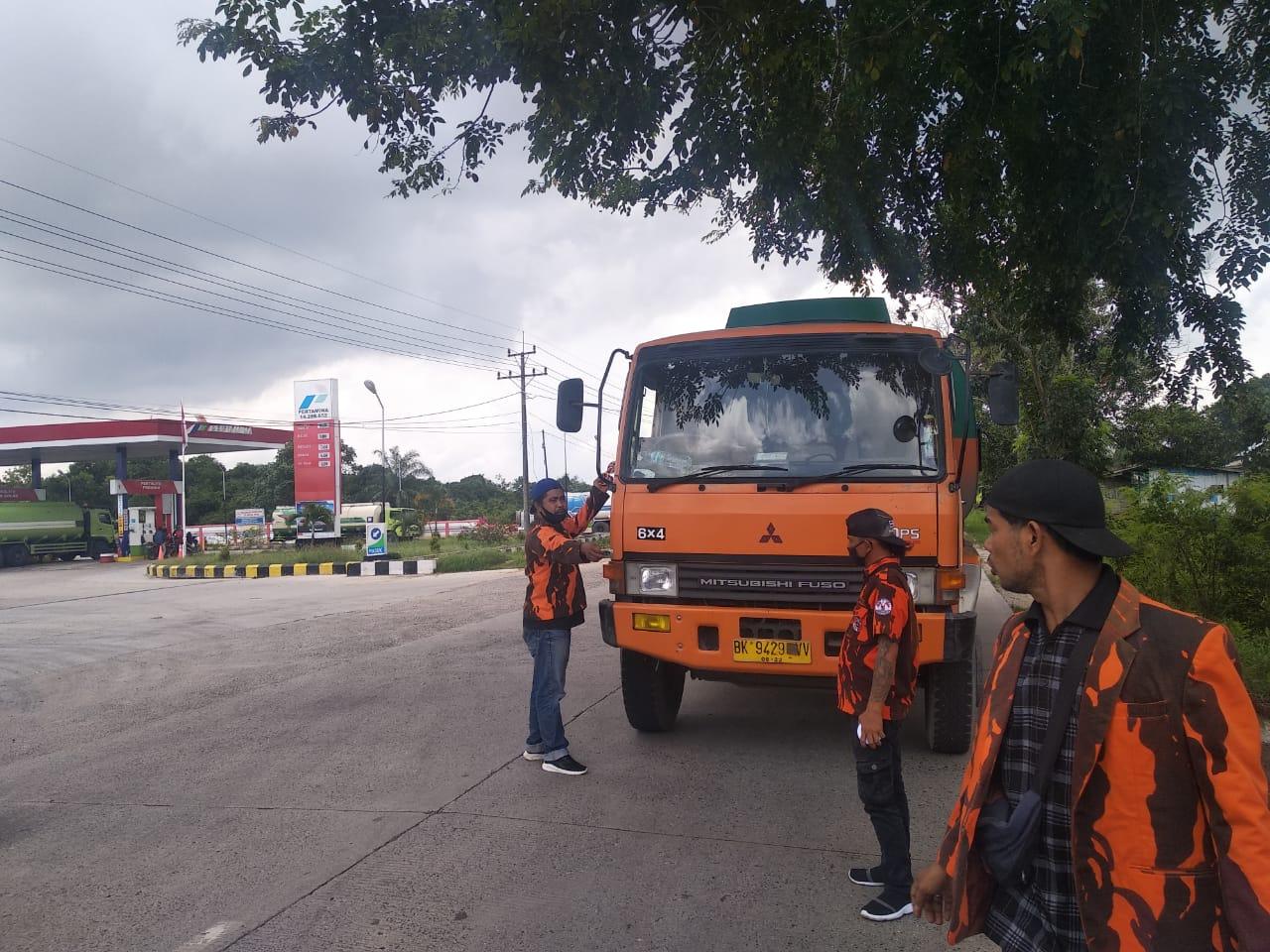 PP Ratu Sima Dumai Tempelkan Sticker Himbauan Mengenai Penghianatan PKI di Mobil-mobil