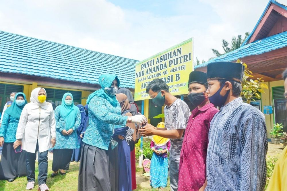 TP PKK Provinsi Riau Serahkan 10.000 Masker Kain dan Sembako di Inhu