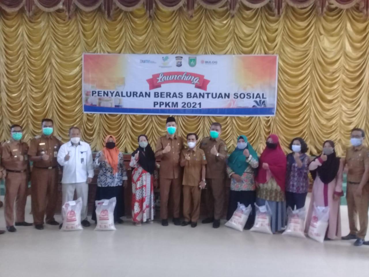Walikota Salurkan Beras Bantuan dari Kemensos Melalui BULOG Dumai