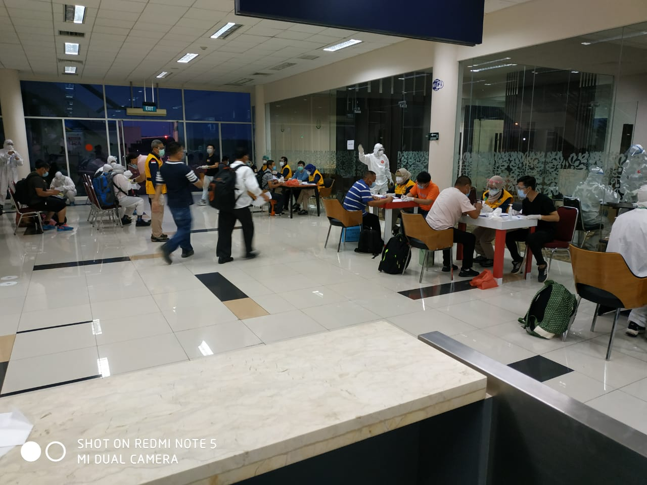 Tenaga Kerja Asing dan Mahasiswa Tiba di Bandara RHF Tanjungpinang, Swab Test Negatif