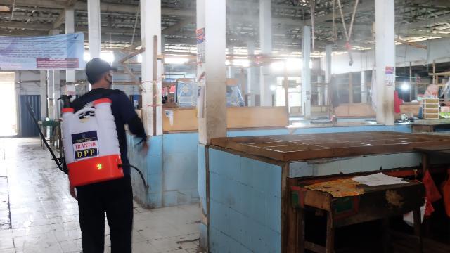 Penyemprotan Disinfektan Area Pasar di Tembilahan