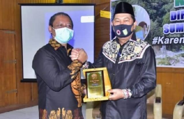 Wabup Inhil Terima Penghargaan dari KLHK RI