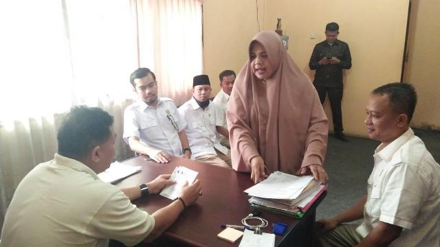 Anggota DPRD Kunlap ke UPTD Capil Tampan, Temukan Lambatnya Proses Penyelesaian e-KTP